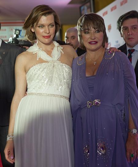 Milla Jovovich Mom