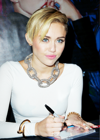 Miley Cyrus Height Weight Bra Size