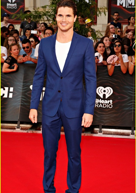 Robbie Amell Measurements Body Shape